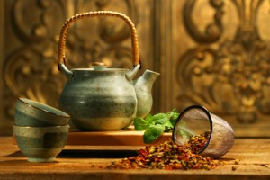 Eine Teekanne und ein Beutel voll mit Dingen für einen köstlichen Tee